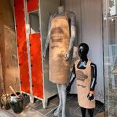 Be fashionable Master chef og Mini chef i køkkenet i vores The MINI ME Collection 🧡🔥. Lækre forklæder i portugisisk kork, som kan personliggøres med tekst og/eller grafik efter eget valg😘🤟🏼  Vil du mærke hvordan det er at have på? Lav en aftale og så finder vi tid til dit besøg i mit showroom 🎀💛. Men jeg kan allerede godt sige dig, at det er blødt og lækker i kvaliteten ☘️👏🏻