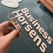 GO GREEN 🤩☘️🎋  Skal du også hoppe med på bølgen?💪🏼🎋. Vi har fået lavet BUSINESS HORSENS' logoer i bambus 🎋🔥. De hænger nu så fint på en mosvæg på deres kontor 💚👌🏼.   Hos @leatherandthelikes fremstiller vi ikke kun de fine navnenøgleringe, hagesmækker, forklæder m.m, vi tilbyder faktisk også laserskæring for alle 💪🏼🤩🤟🏼🔥 #spacebranding